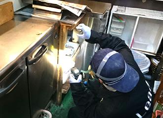 隙間に隠れることの多いゴキブリ。小さな隙間への薬剤散布も可能なクレバス処理、隠れているゴキブリを駆除できます。