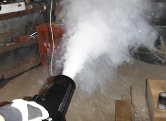 天井裏など薬剤散布処理。薬剤が全体に行き渡り進入してくる固体に接触させ駆除させます。