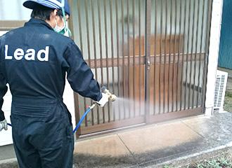 水生薬剤を散布中、敷地内全体的に散布。私の経験上、野良猫などが入って来ている施設などはネコノミの被害が出たりします。